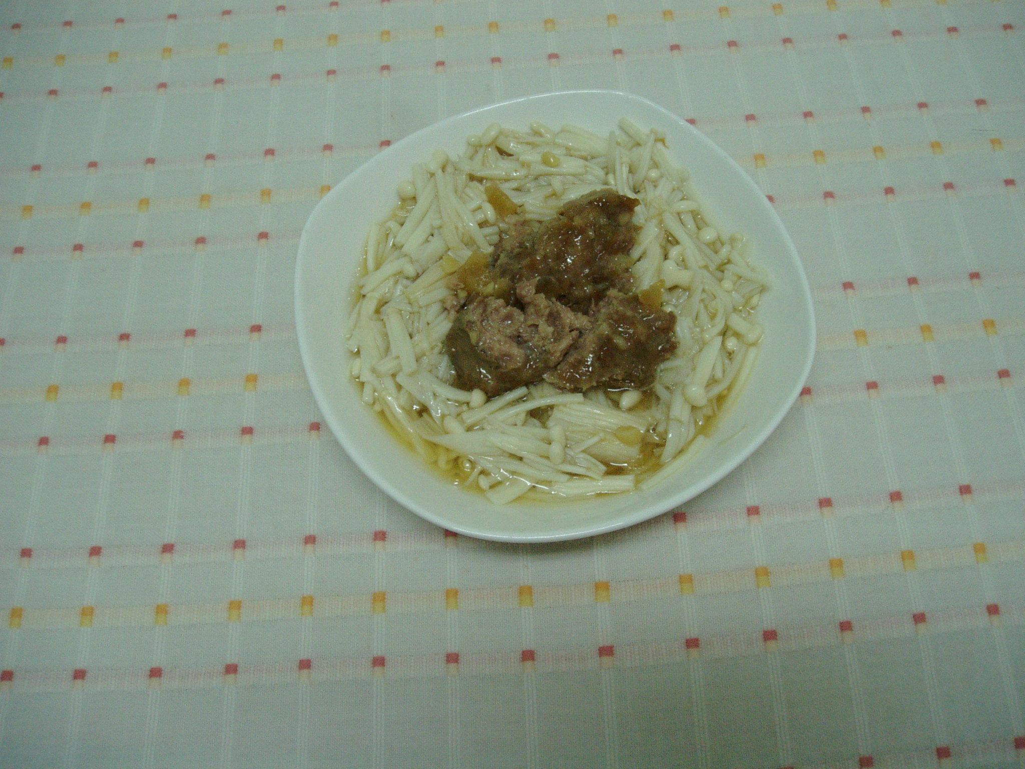 金針菇配瓜子肉,又是另一道「減肥餐」。