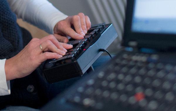 即時打字翻譯員透過特殊鍵盤為聾人朋友服務。