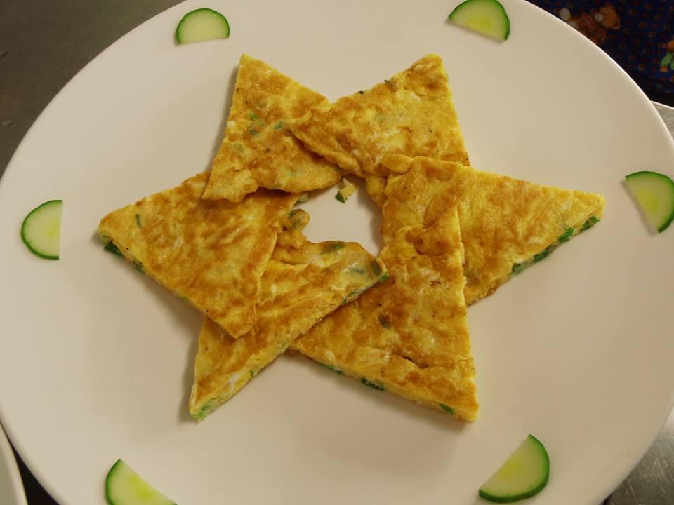 圖3,半圓形切片的小黃瓜裝飾在煎蛋上。