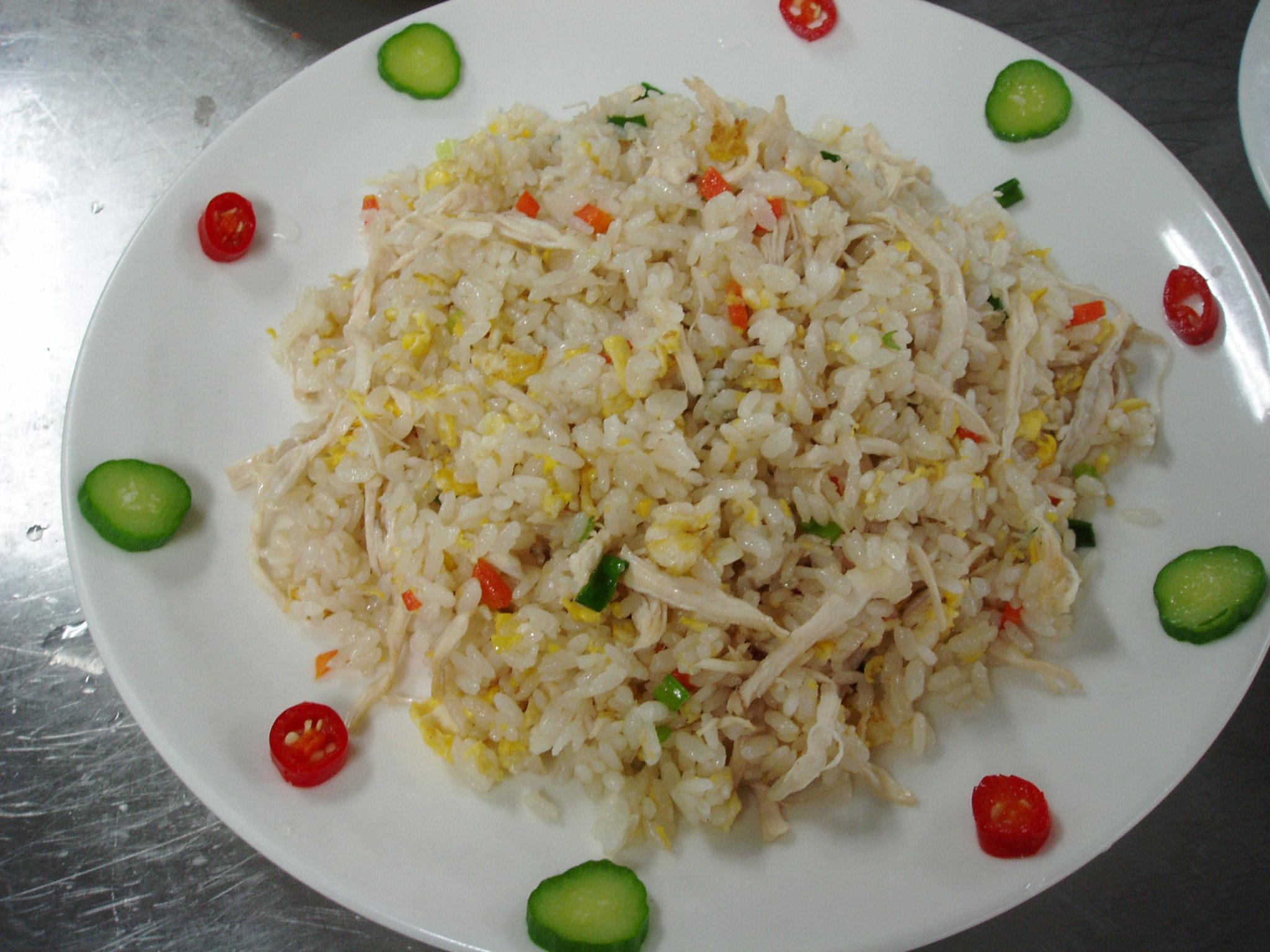 圖5,炒飯以小黃瓜圓形片和辣椒圓形片裝飾。