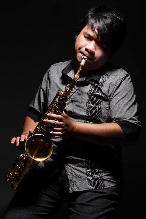 張林峰多才多藝,常以薩克斯風參與演出。
