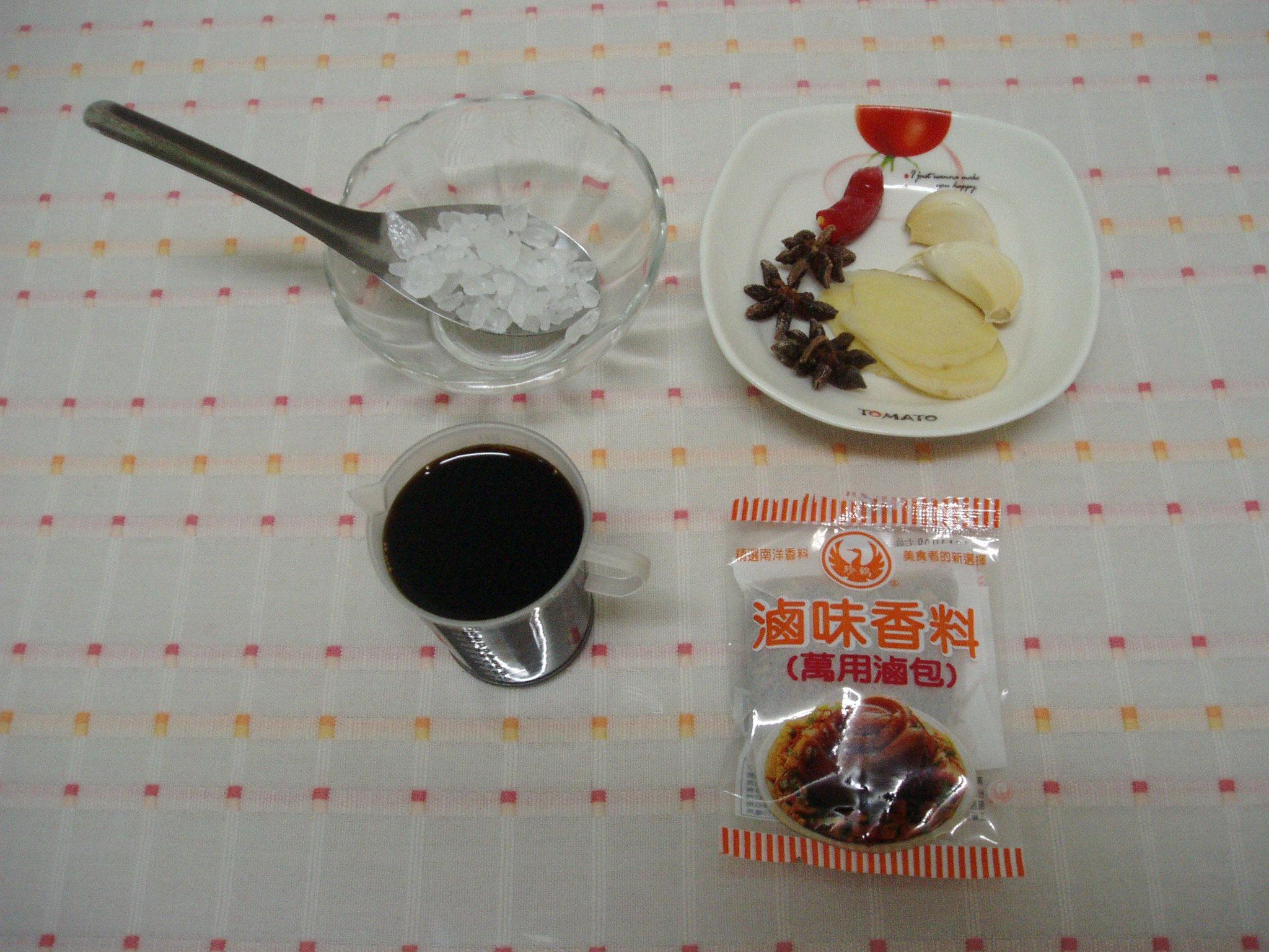 滷汁的食材有八角、薑片、蒜頭、滷包、冰糖等