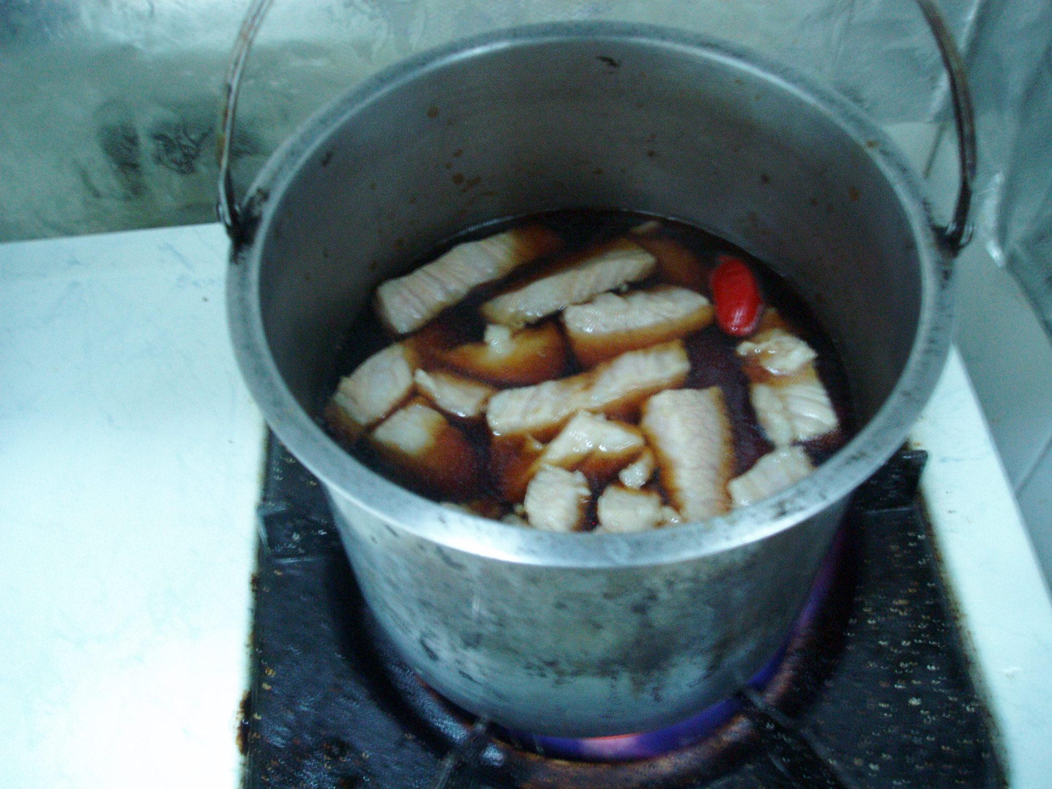 先滷肉,讓滷汁有油分。