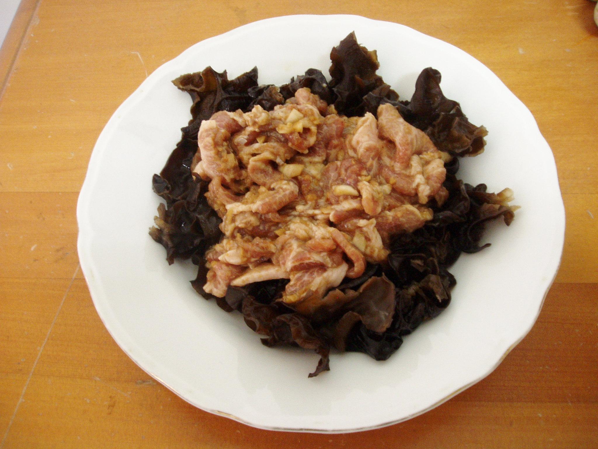 蒸熟的木耳肉片大功告成。