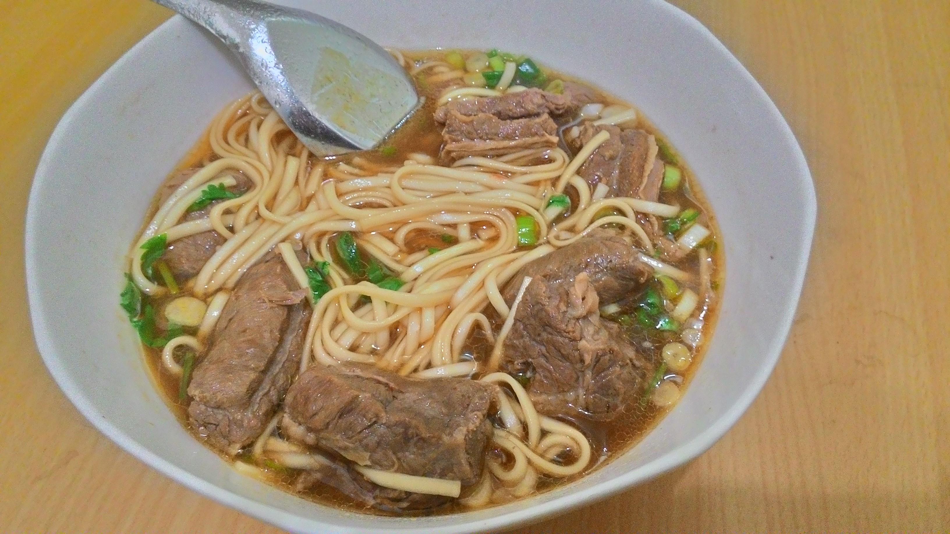 加入麵條、蔥和香菜是「紅燒牛肉麵」最好吃的搭配。