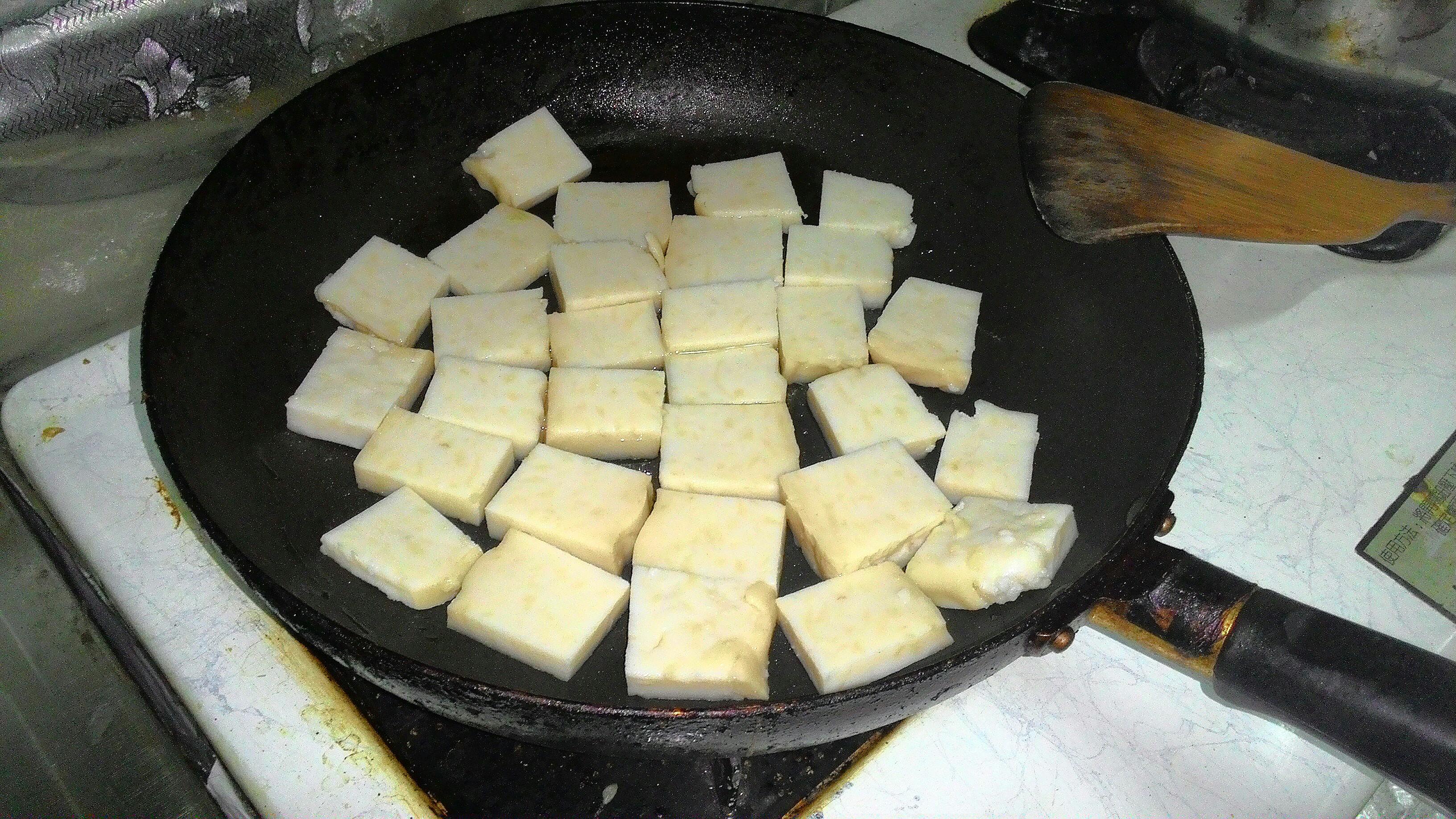 將蘿蔔糕放進不沾鍋煎。