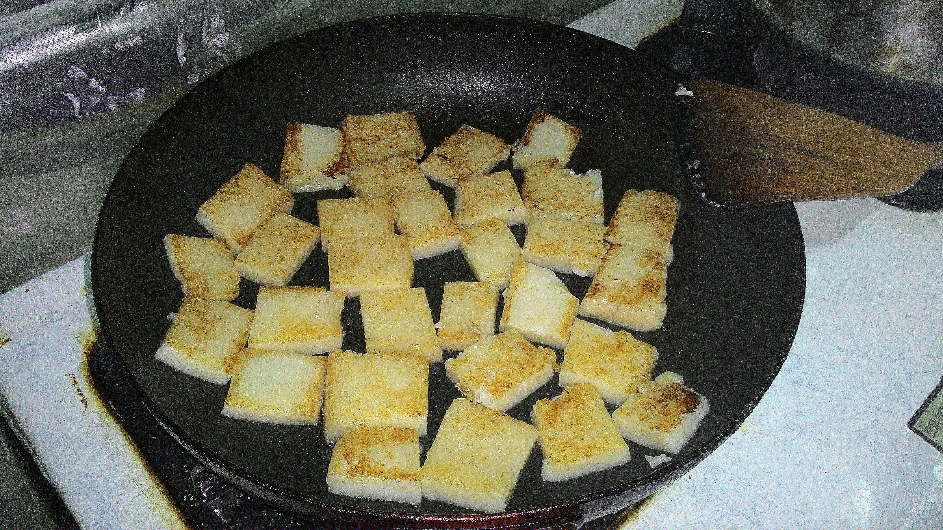 將蘿蔔糕翻面,煎至微焦。