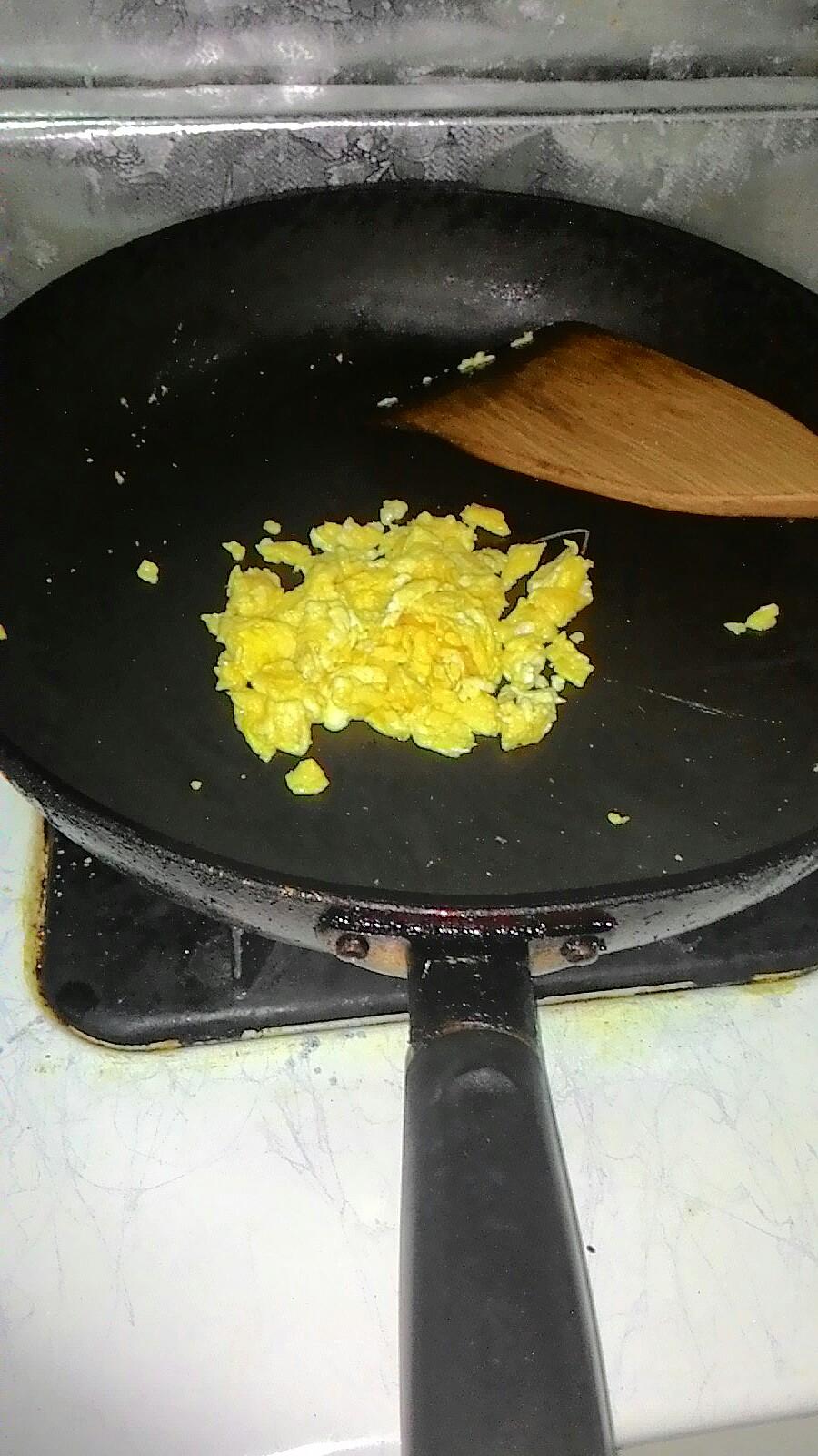 把蛋打散並且炒碎。