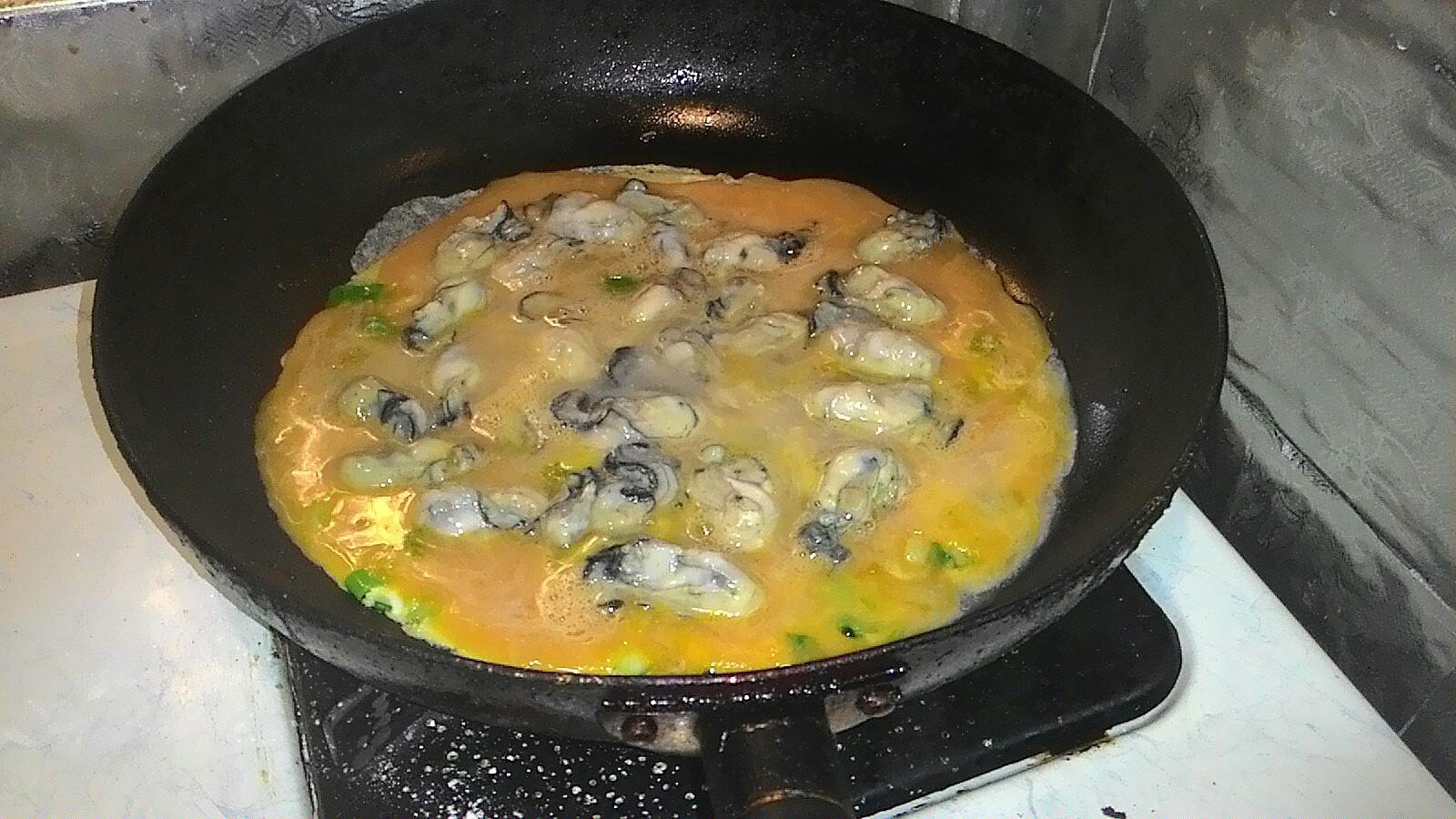 蛋汁上擺鮮蚵。
