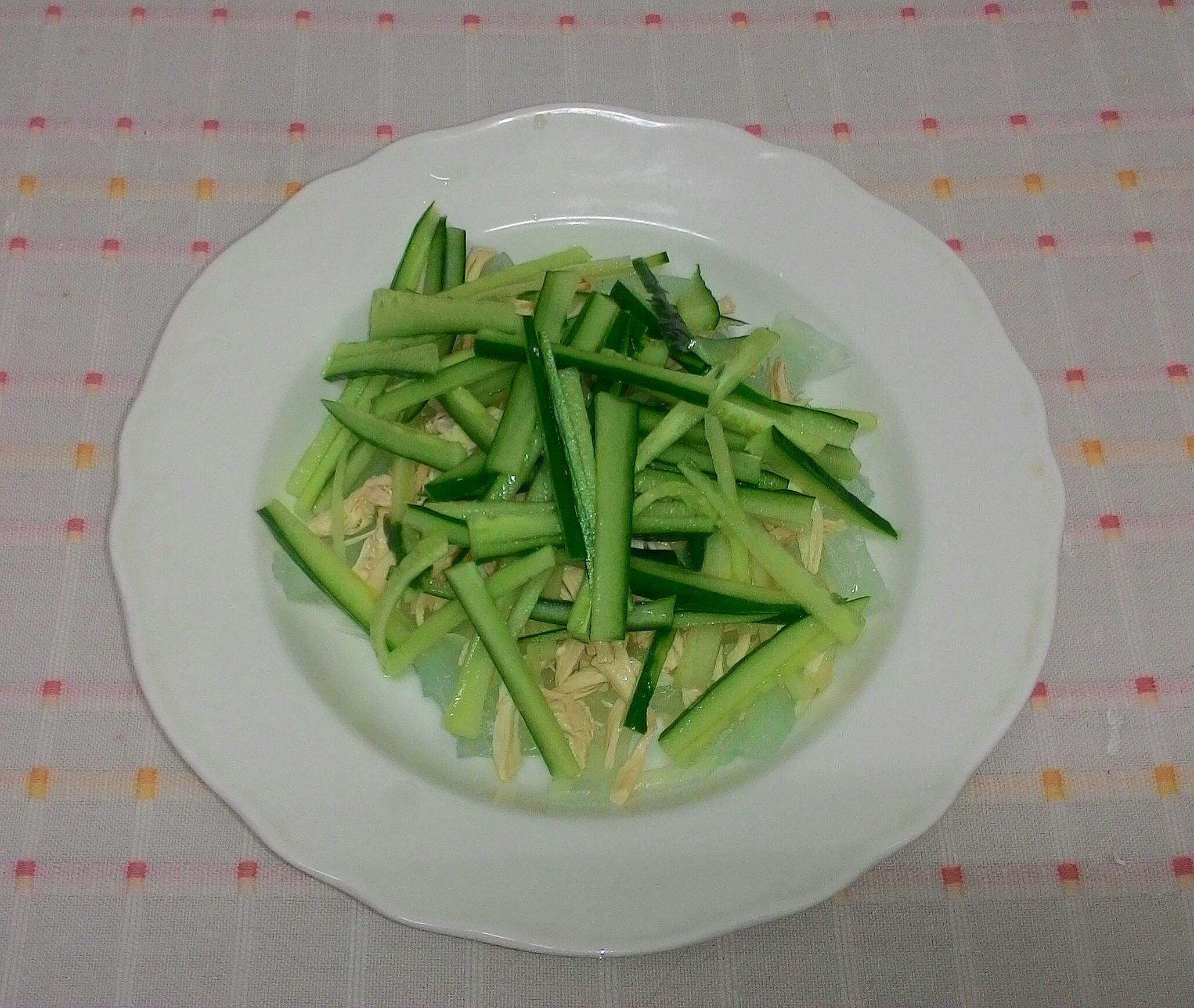 小黃瓜洗淨,切絲狀,放在雞胸肉上面。