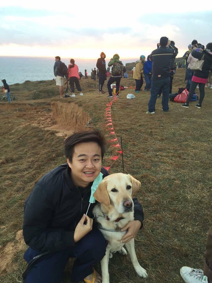 冠霖與陪伴他的導盲犬ED。