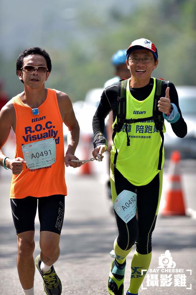 燦煌(左)參加日月潭馬拉松,陪跑員為鍾鼎(右)。