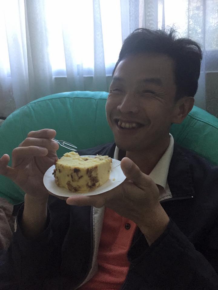 燦煌有個美滿的家庭,圖為他吃著老婆親手做的鹹蛋糕,一臉幸福滿足。