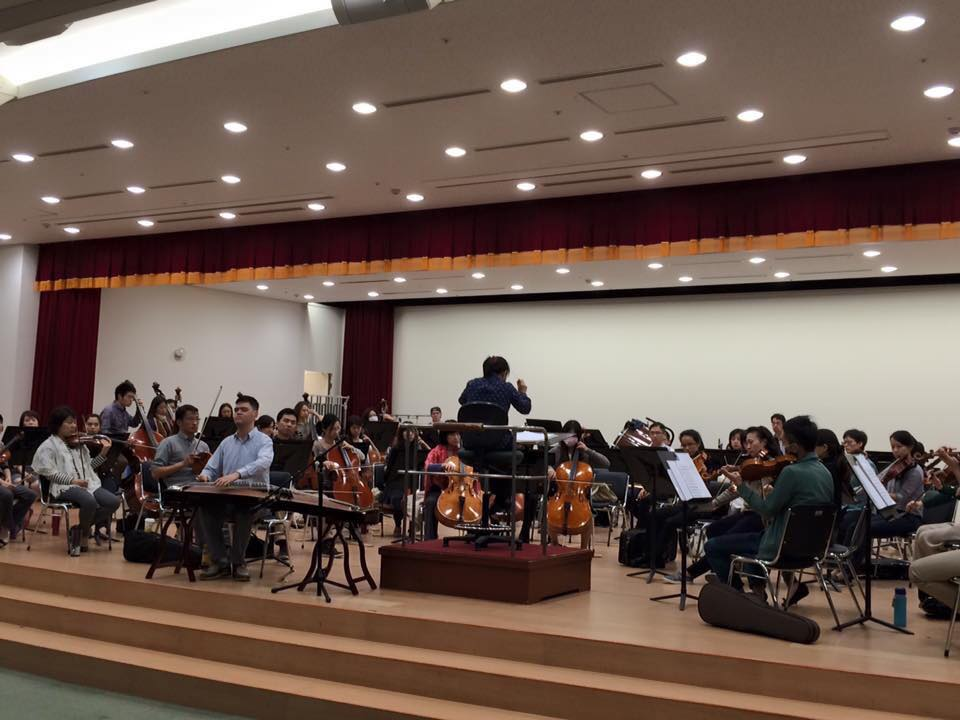 長榮與視障音樂基金會合作赴大陸寧波表演,這是在長榮交響樂團的練團室練習(坐在最前面彈古箏者就是周進發)的照片,進發是唯一的視障者。