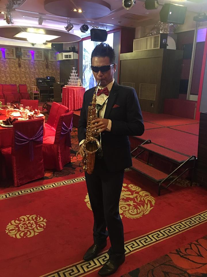 不管街頭表演或婚禮商演,都可以看到信宏演奏薩克斯風的畫面。