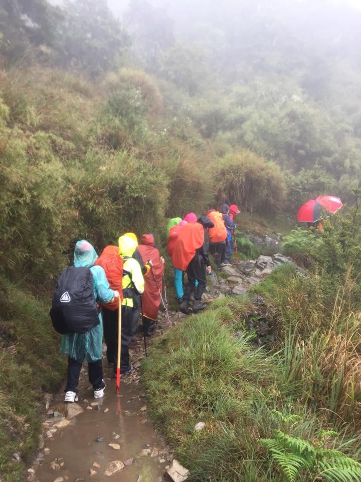 由四位視障者和七位志工組成的「玉山登山隊」,在領隊劉維璽的籌備下啟程。圖為玉山前鋒登山口。