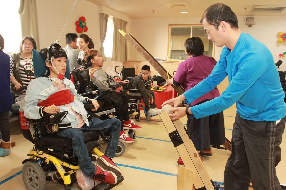 劉維璽(右一)也是地板滾球運動的志工。
