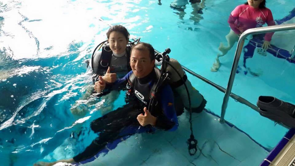 劉維璽(右)參加身心障礙者潛水體驗營。
