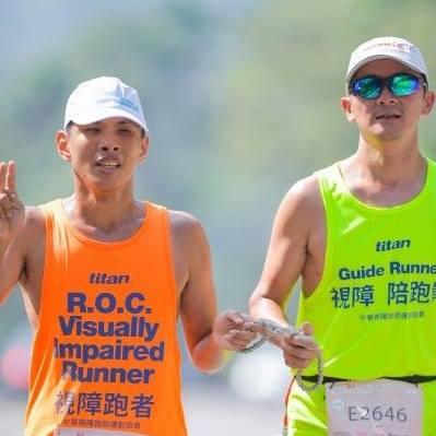 這是2016年11月,帶領視障者蔡宗豪完跑日月潭環湖馬拉松29K的情景。