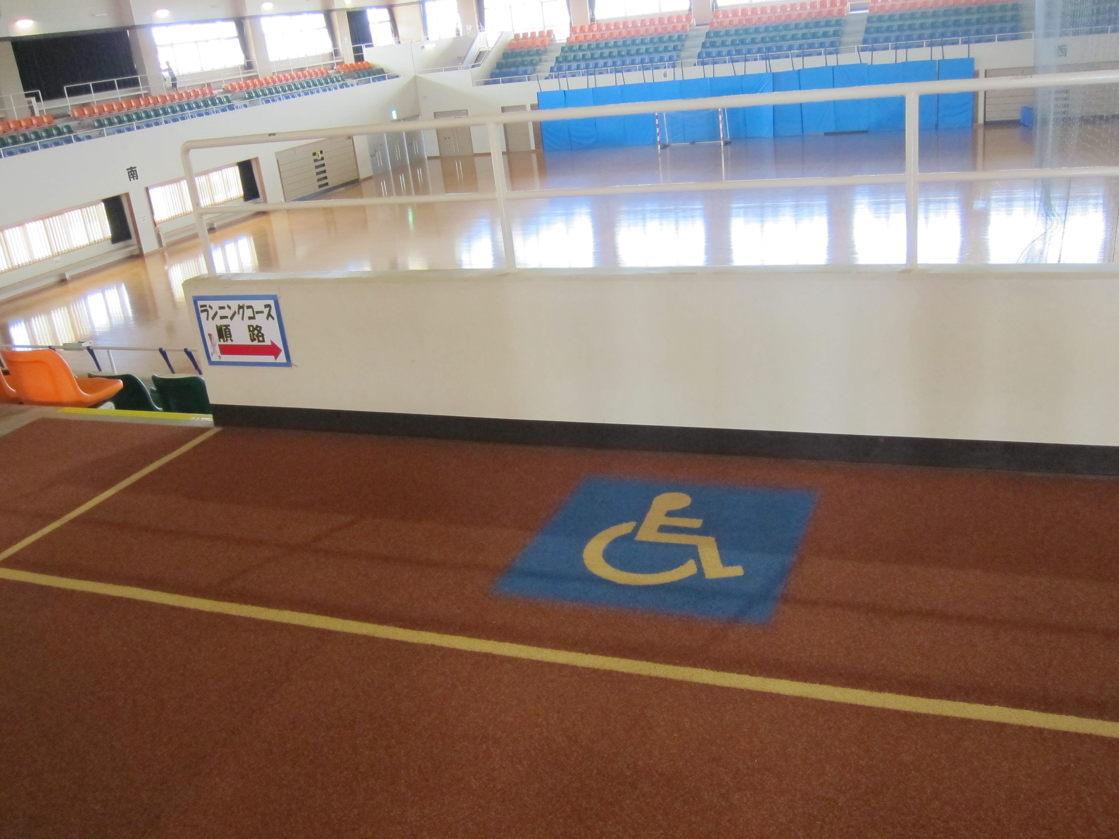 豐見城市民體育館主運動場館上觀眾席備考量輪椅身障者的需求,備有無障礙觀眾席位,可停放多部輪椅。