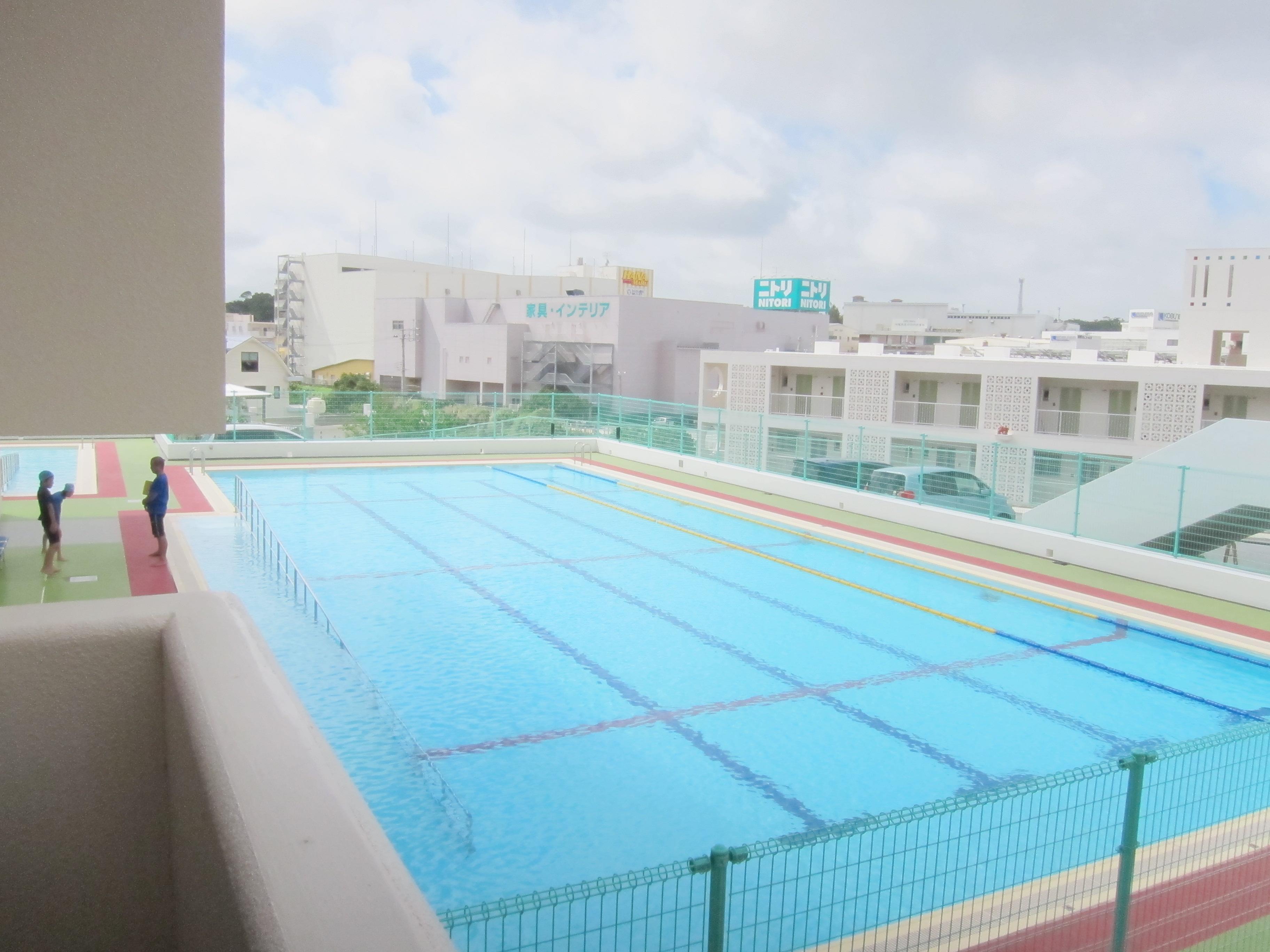 盲校中設有標準游泳池,配有專業教練,指導視障者游泳。
