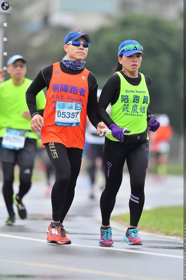 智傑(左)參加路跑,筱嵐最常陪跑。