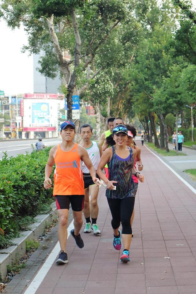 筱嵐(右)與智傑在大安森林公園晨跑。