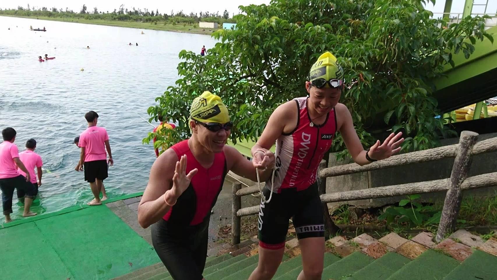 智傑參加鐵人三項游泳項目,右為筱嵐為他找的搭檔