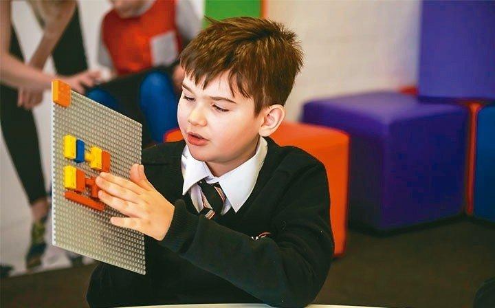樂高明年將推首款針對視障兒童設計的盲文積木。 圖╱取自樂高官網