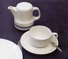餐桌上可以用深色餐桌搭配淺色的餐具。