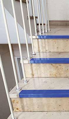 可以用高對比色讓樓梯的台階變得更明顯。