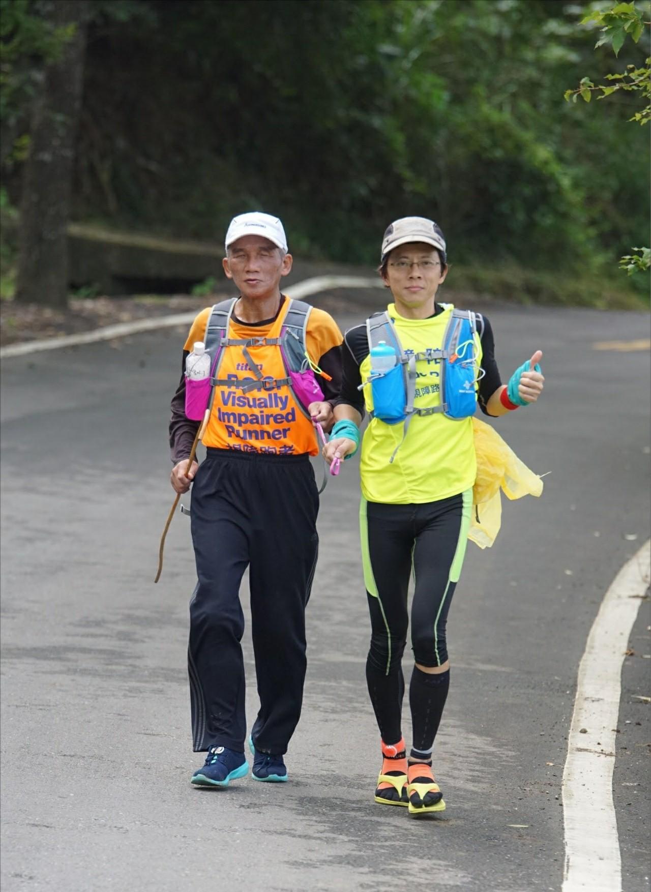 鍾鼎(右)與吳師傅參加洄瀾跨年110公里的比賽。