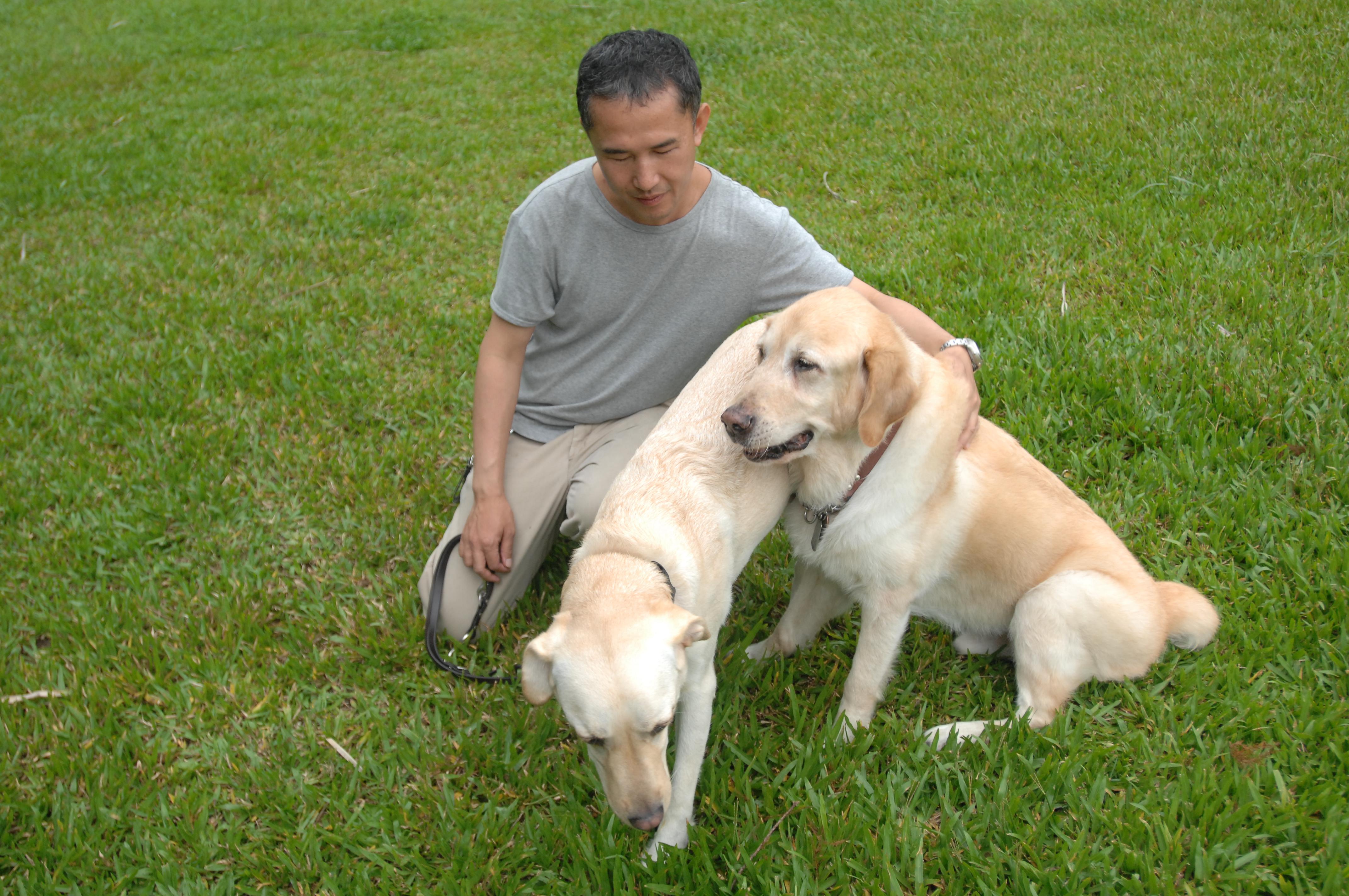 國瑞帶著第二隻導盲犬Effem 探望退休的Ohara。(李明陽攝)
