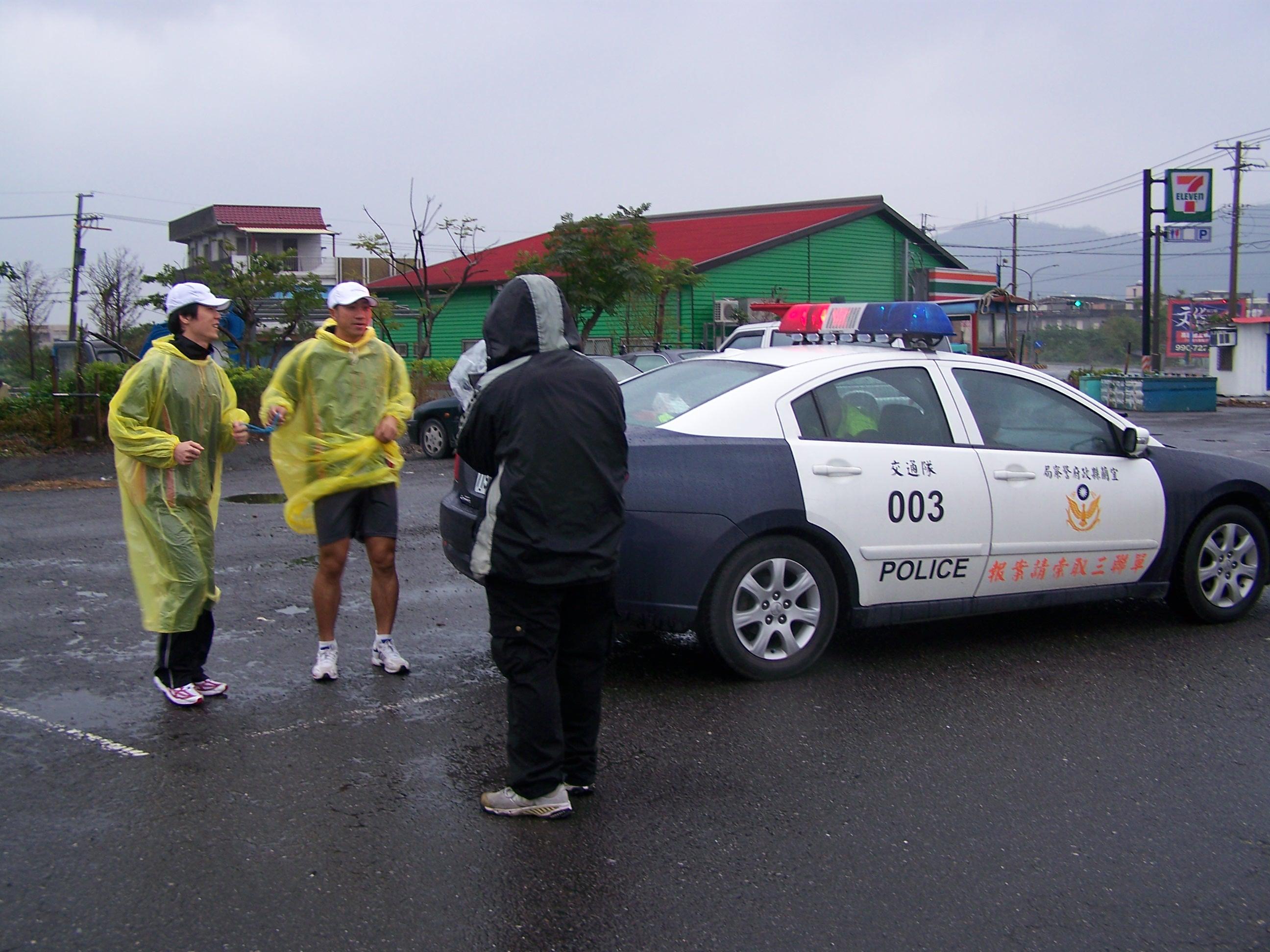 練跑風雨無阻,中間的陪跑繩清晰可見。