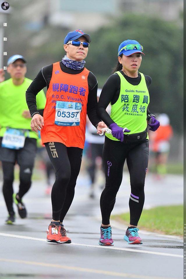 陪跑員(右,周筱嵐)與賴智傑。