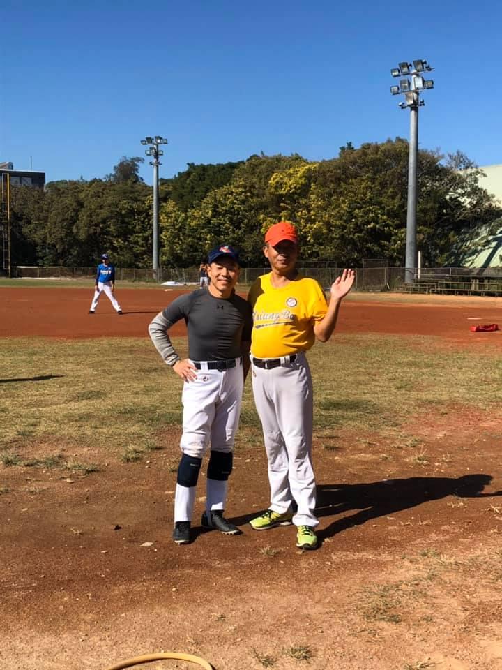 在清大棒球場打盲棒,與偶像賴智傑合影。