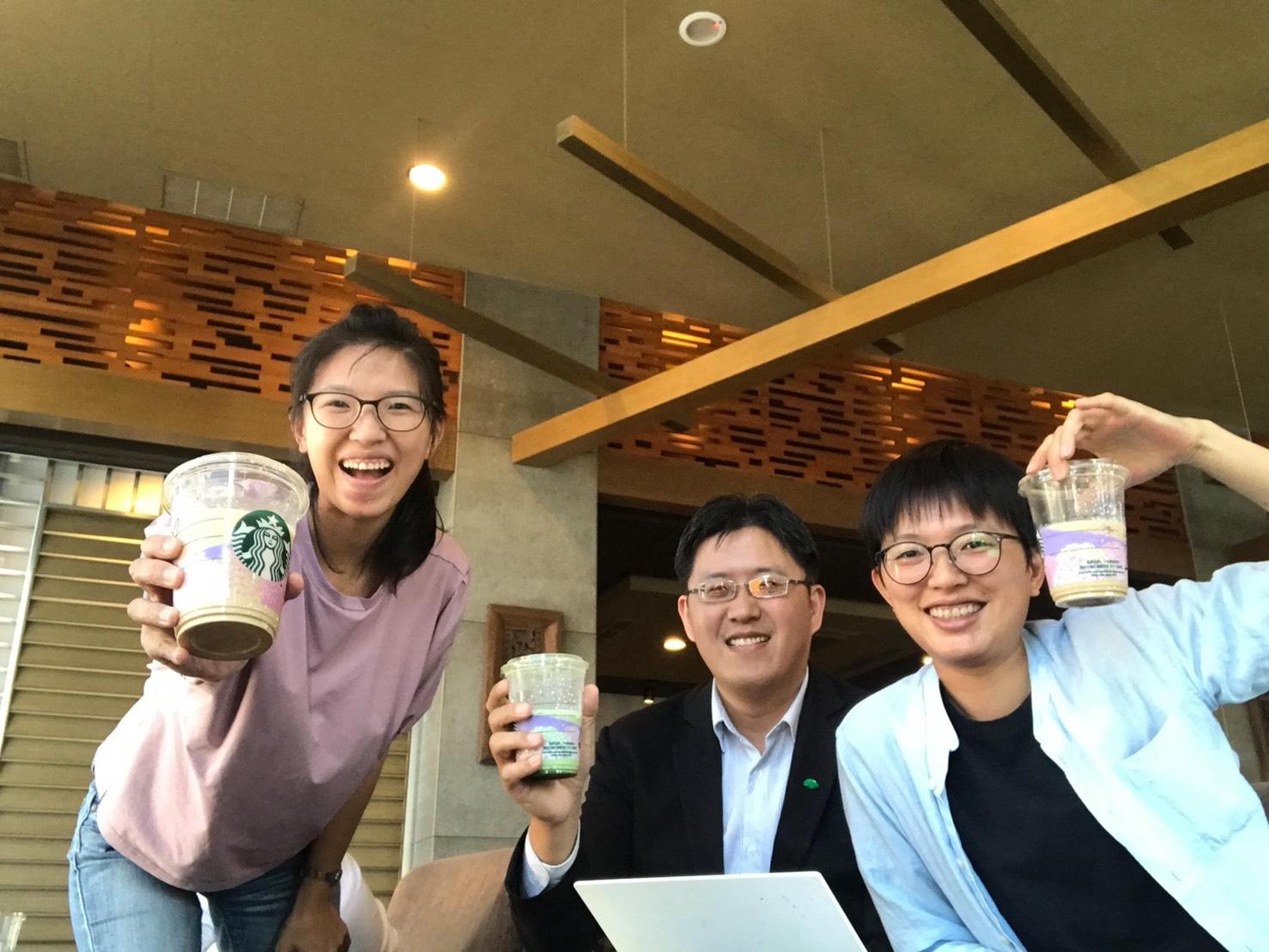 談完公事,壬壤跟客戶一起喝咖啡,輕鬆一下。