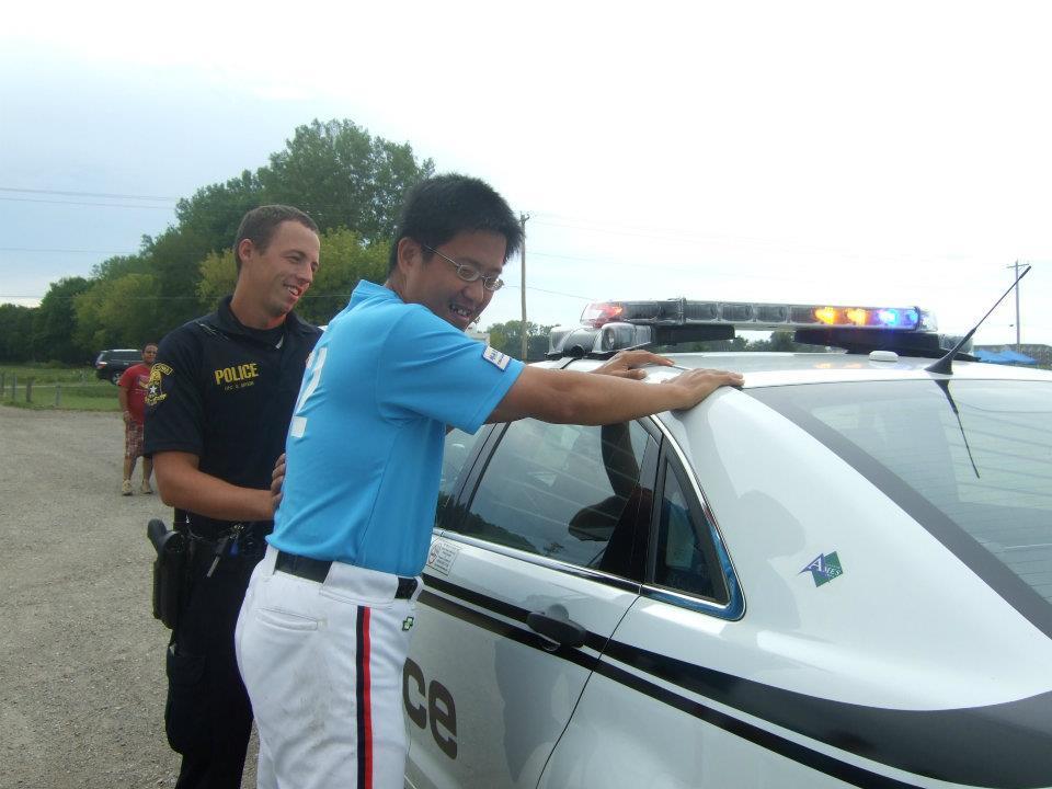 2012世界盲人棒冠軍賽,在IOWA州由警車幫中華隊開道。右為張壬壤。