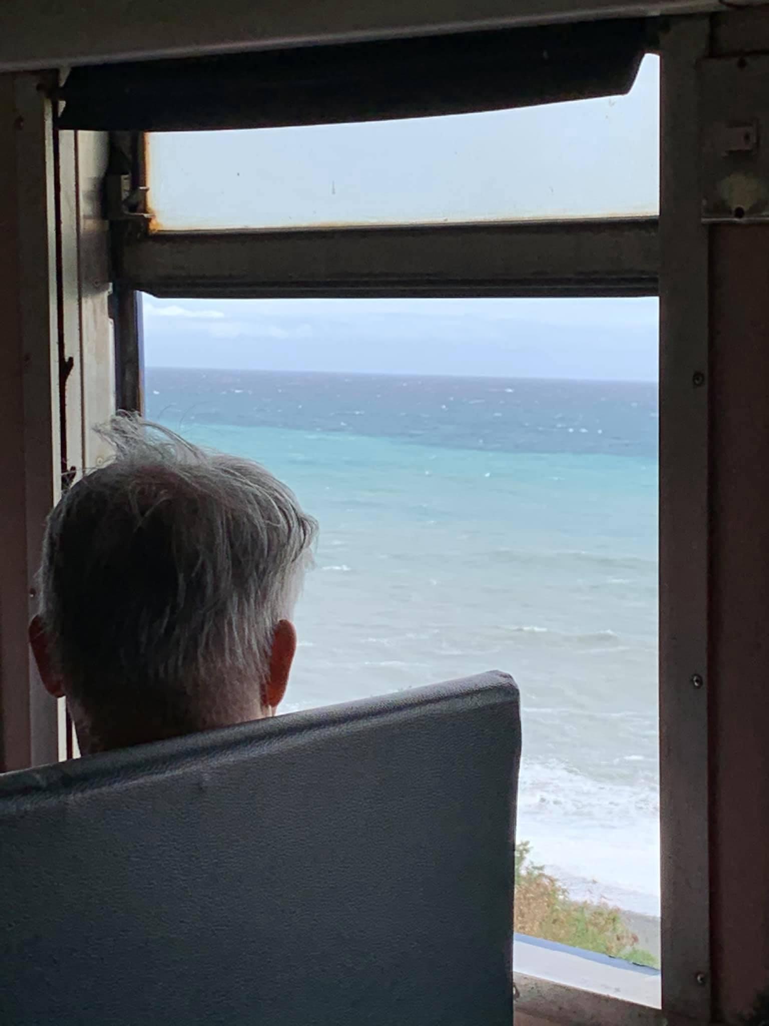 列車行駛在新的多良高架鐵路往太平洋看,一望無際,就像行駛在海上。