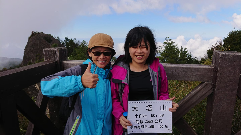 淑青與思屏合作,爬上海拔2663公尺的大塔山。