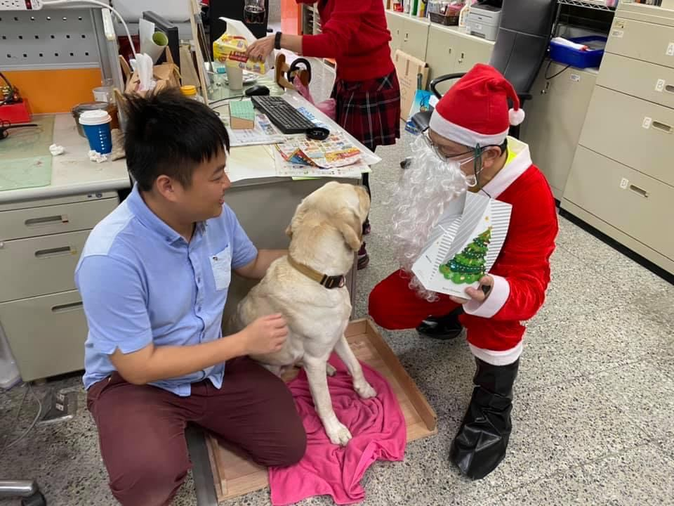 校長扮了聖誕老公公送餅乾給大家,就連冠霖的導盲犬yuma也有一份喔!